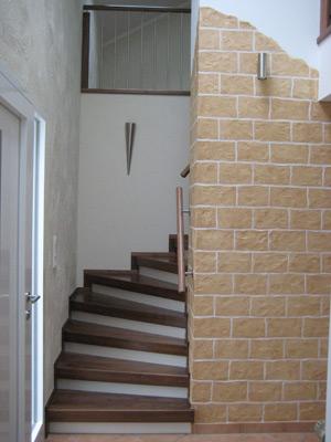 niermann treppen zwischen 2 w nden system mit geschlossenen trittstufen aus vollholz. Black Bedroom Furniture Sets. Home Design Ideas